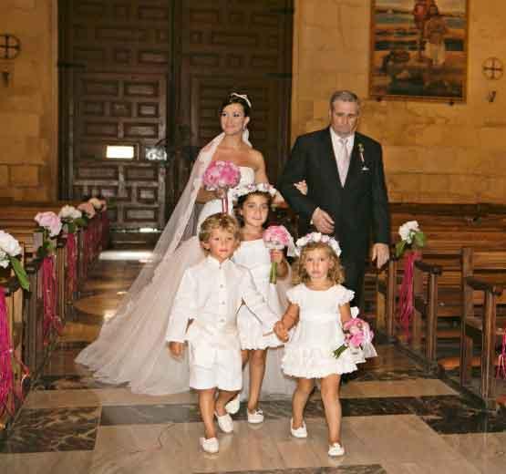 Los niños de arras vestidos por Leonor & Sofía dirigen la entrada de la novia