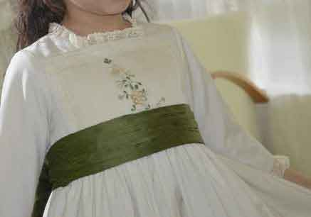 Aplicación de bordados antiguos en el cuerpo de un vestido de Comunión